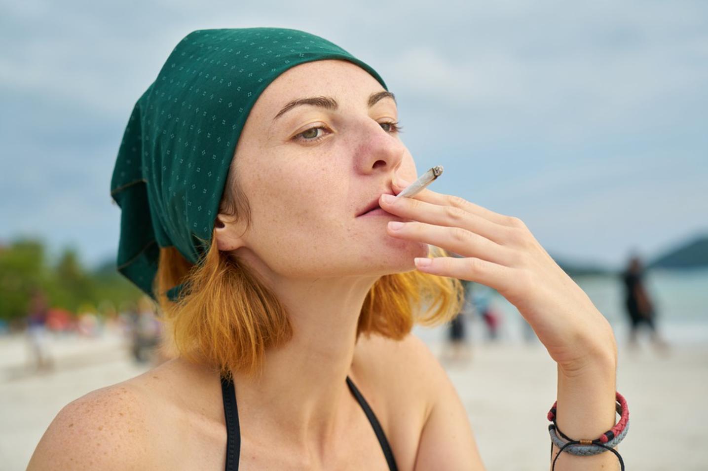 Нарколог напомнил об опасности курения в жару